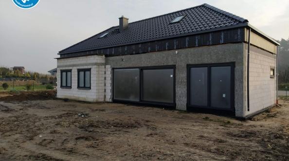 Szczelny montaż okien i wielkich aluminiowych drzwi przesuwnych HST Gdynia Tczew
